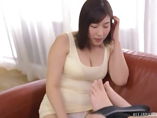 Japanese short haired MILF Otomi Rina gives a great blowjob