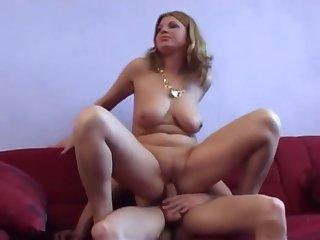 Cougar se tape un petit jeune