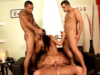 Group hardcore in discriminating scenes for Zuleidy Lapiedra
