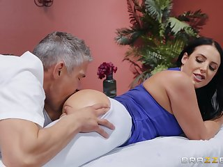 MILF goes full erotic all over the masseur's generous penis